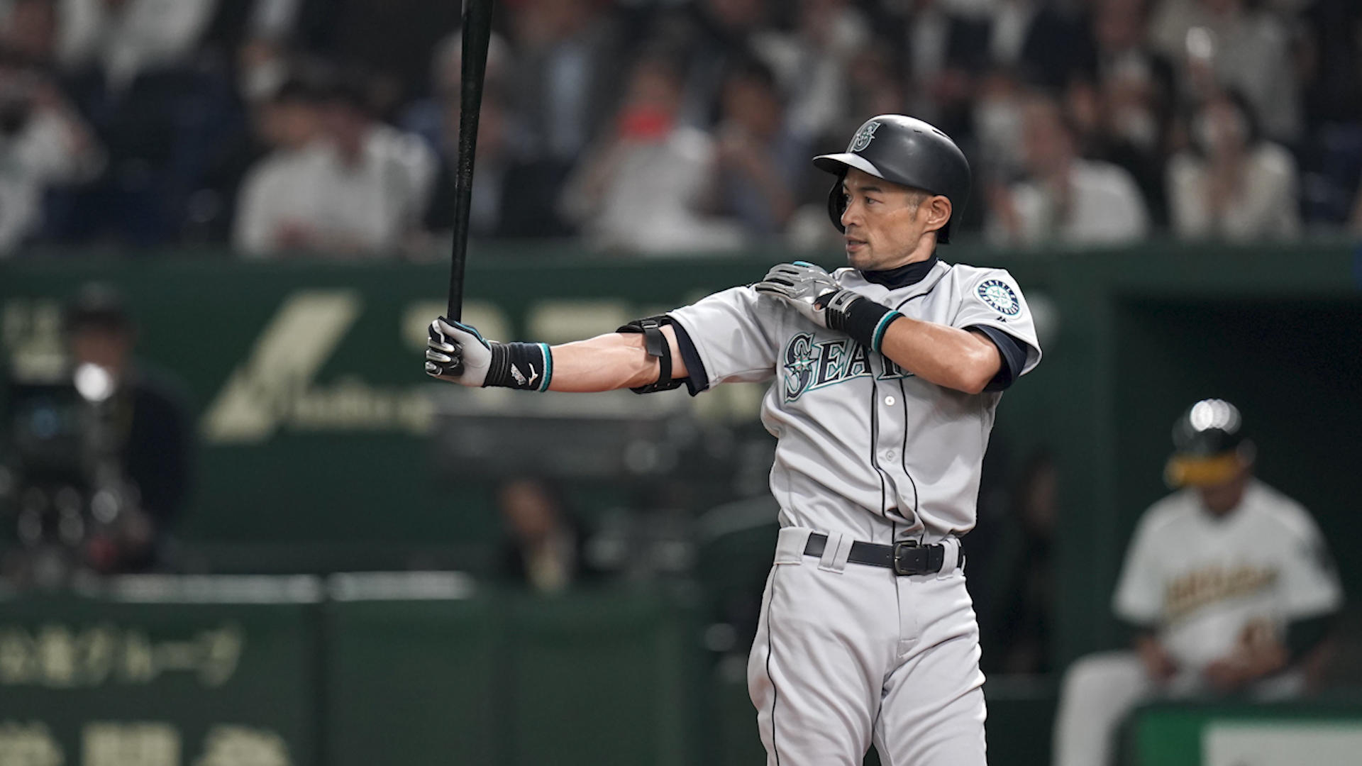 Ichiro gets enormous ovation during Mariners' win in Japan Opening Series at Tokyo Dome