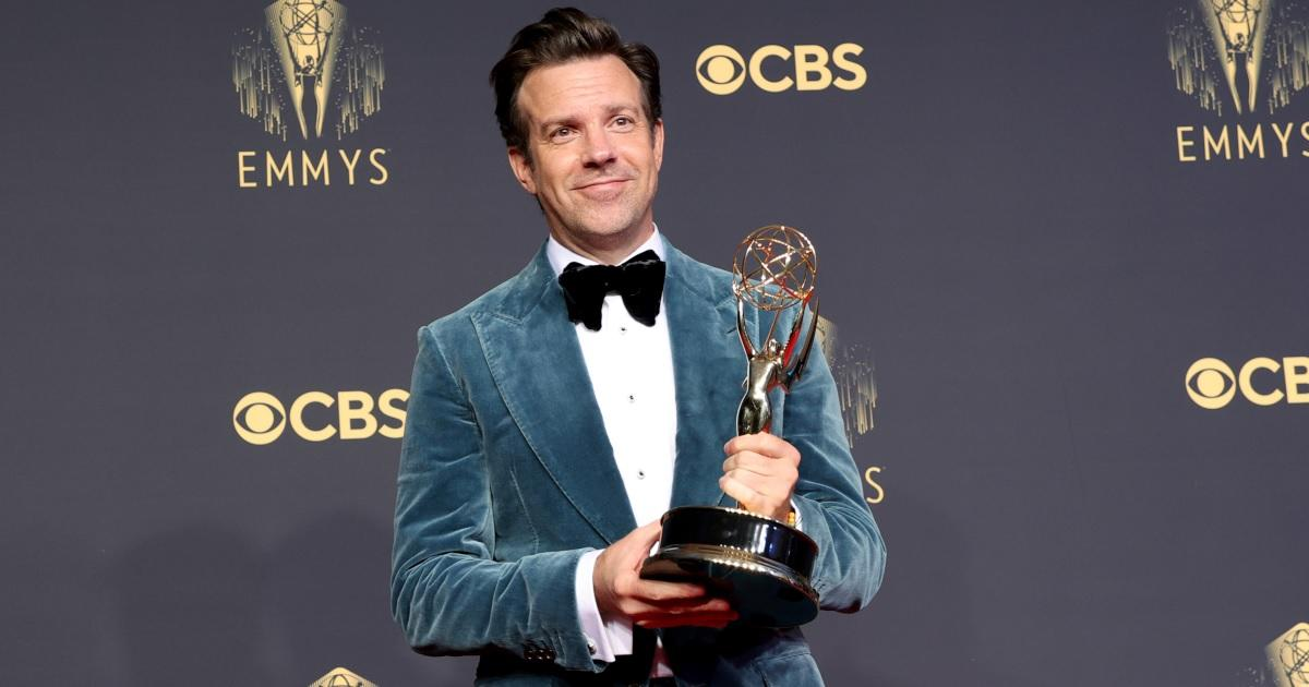 Jason Sudeikis' 2021 Emmys Wardrobe Had Fans Seeing Double With Chris Evans' Look in 2019.jpg