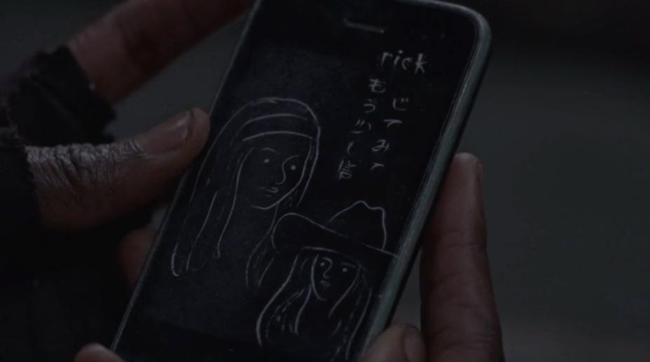 the-walking-dead-michonne-rick-phone.png