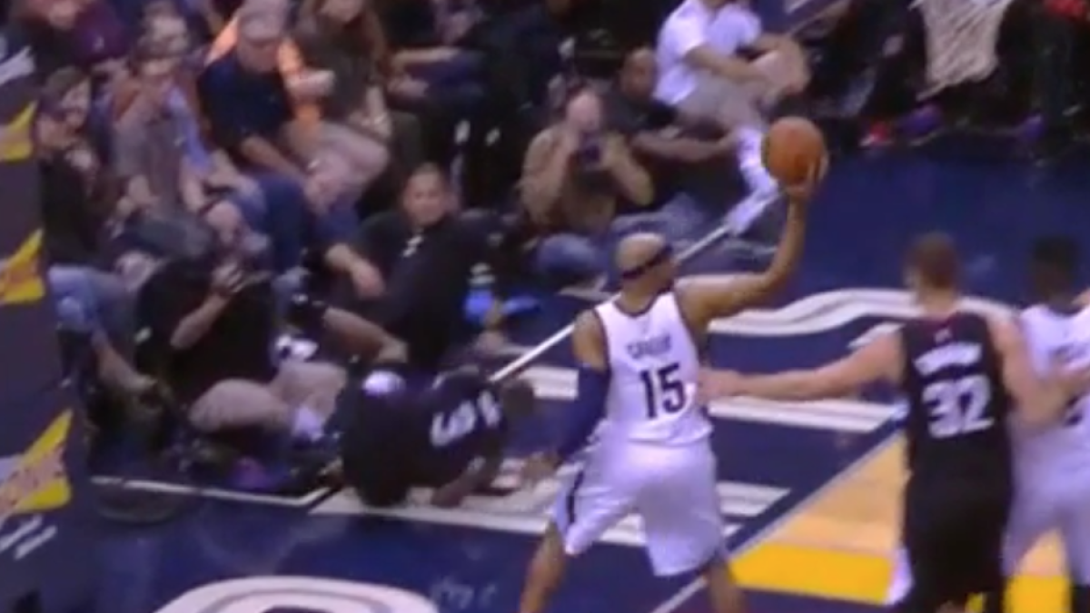 new arrival cd3c2 beae6 WATCH: Larry Nance with insane poster while wearing Lakers ...