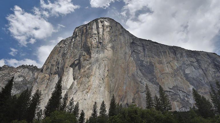 Climber Alex Honnold scales El Capitan in Yosemite ...