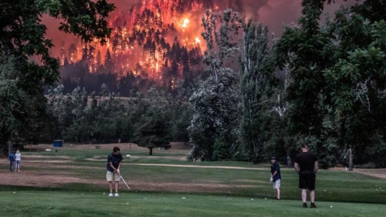 look as fires ravage oregon golfers play on in absolutely stunning photos