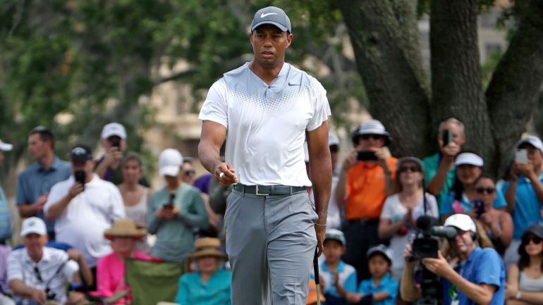tiger woods score  big cat electrifies with best round of