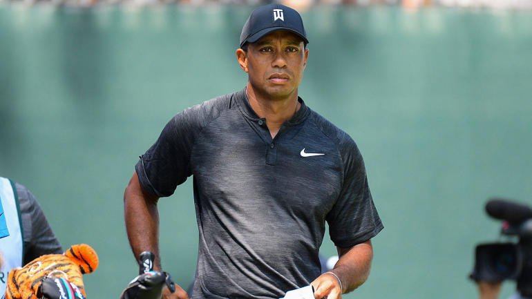 tiger woods score  avoids being cut as struggles with