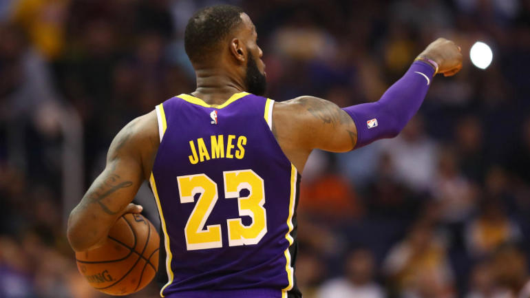 Lakers' LeBron James can't stop assisting to himself off the backboard