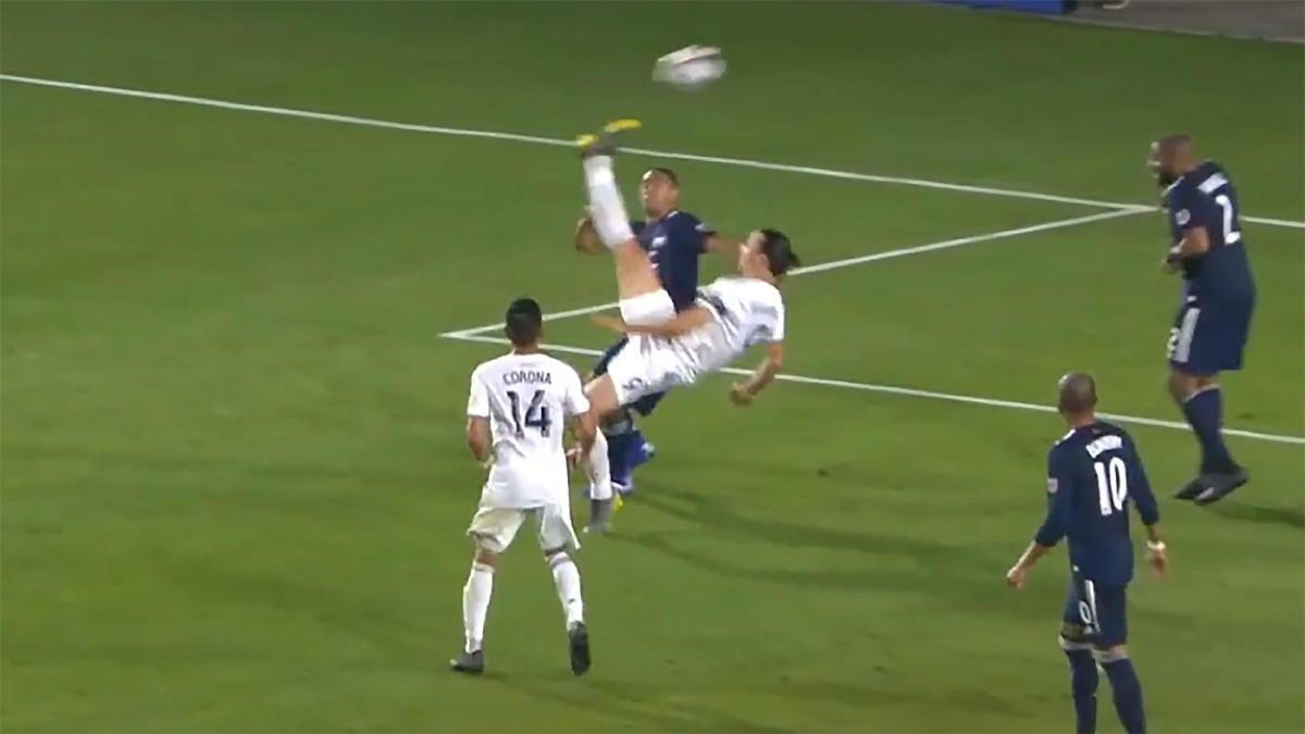 zlatan ibrahimovic scores ridiculous bicycle kick for los