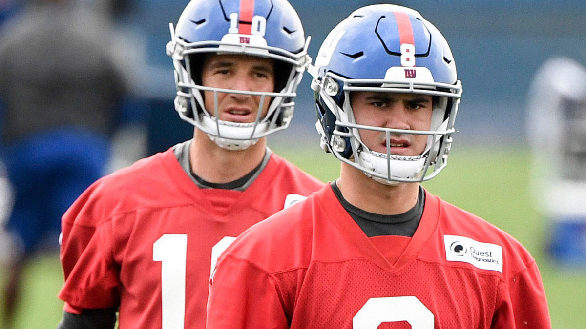 Photo of Eli Manning, Daniel Jones on sideline during Giants vs. Patriots game turns into perfect meme