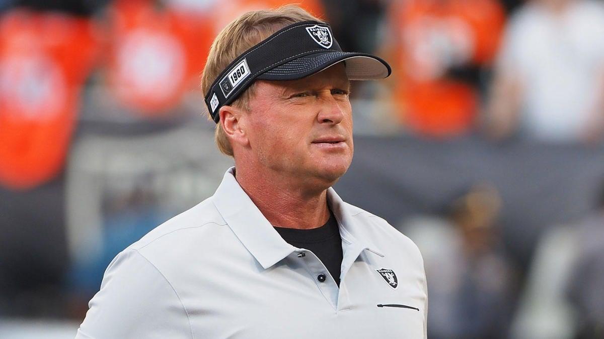 Jon Gruden renuncia como entrenador de los Raiders después de que más correos electrónicos filtrados revelan un lenguaje homofóbico y misógino