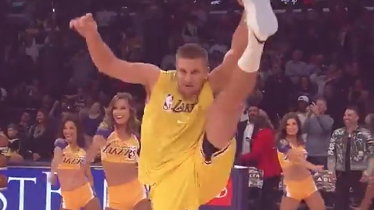 Rob Gronkowski and Serena Williams put on incredible show while moonlighting as Lakers dancers - CBSSports.com