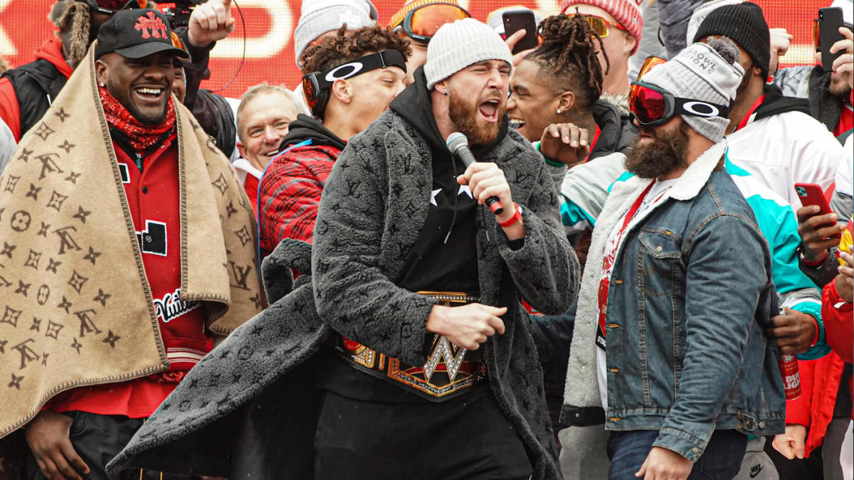 Super Bowl 2020: Chiefs' Travis Kelce gives power-packed parade speech that  takes parting shot at Dee Ford - CBSSports.com