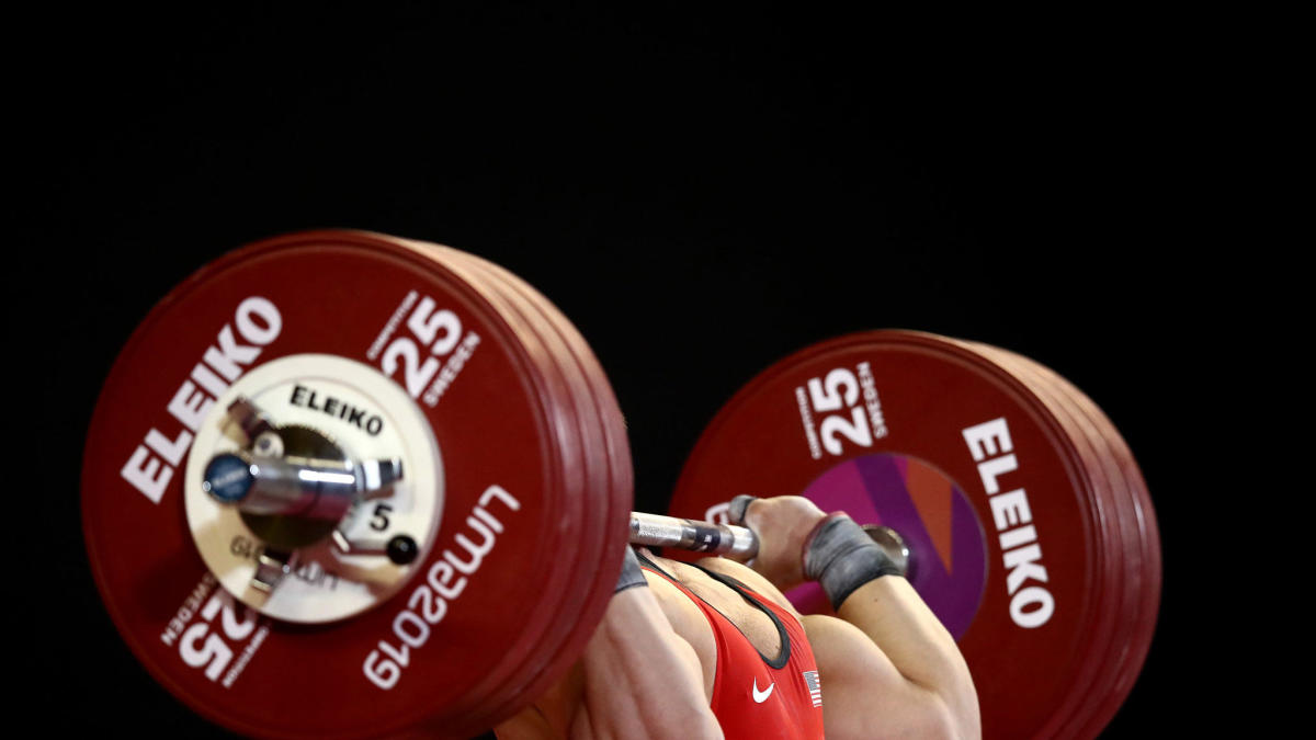 Russian powerlifting champion Alexander Sedykh breaks both knees during 800-pound squat attempt