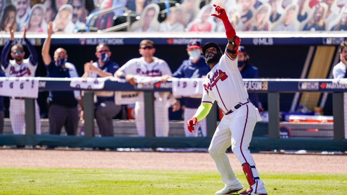 LOOK: Braves' Marcell Ozuna stops and takes fake selfie during home run  trot in win over Reds - CBSSports.com
