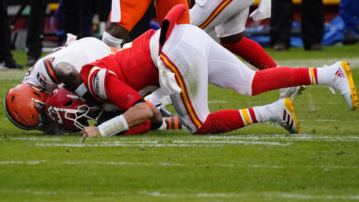 AFC Championship Game: Chiefs' Patrick Mahomes suffered tweaked nerve not concussion per report – CBS Sports