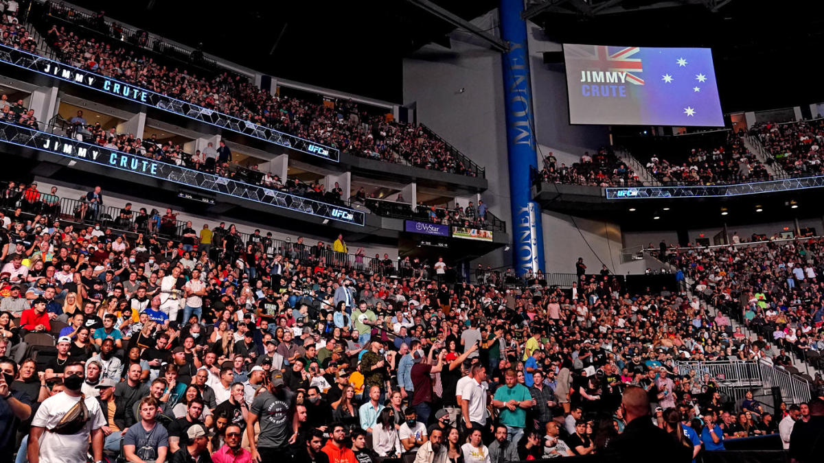 LOOK: Fans flock to UFC 261 for first full-capacity UFC event in more than  a year - CBSSports.com
