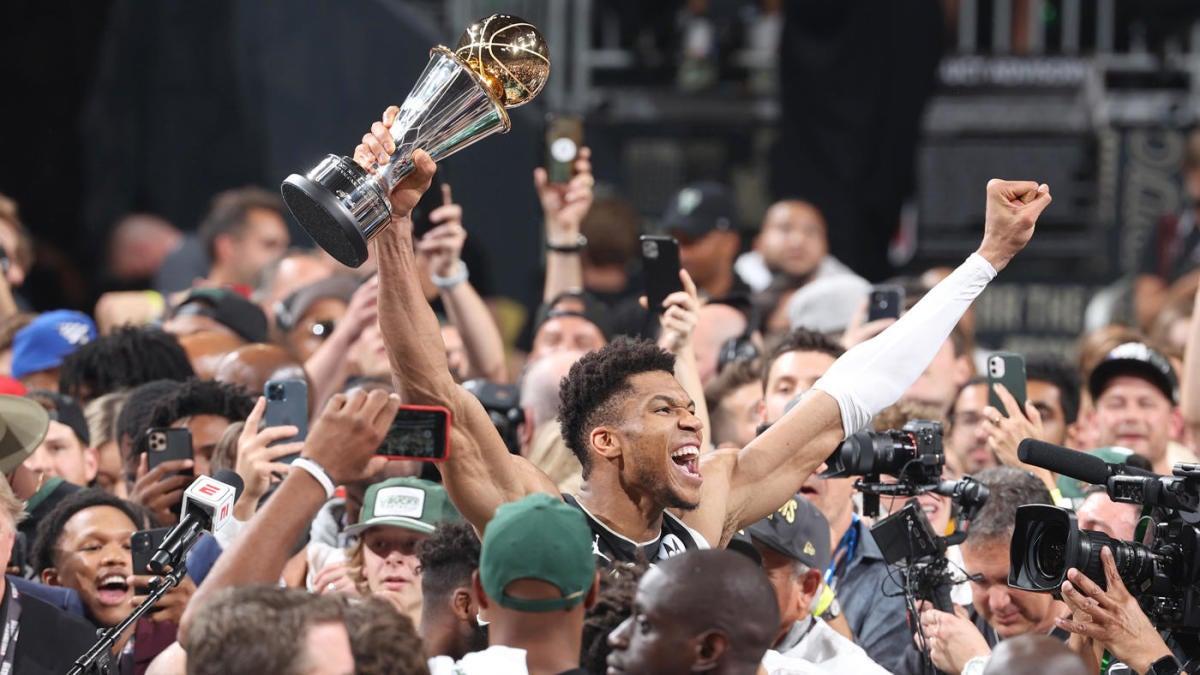 Giannis Antetokounmpo wins 2021 NBA Finals MVP: Bucks star becomes youngest  winner since Kawhi Leonard in 2014 - CBSSports.com