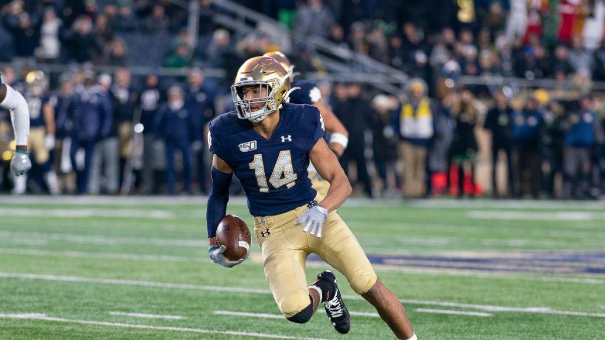 El safety de la estrella de Notre Dame, Kyle Hamilton, sale del partido contra la USC por lesión en la pierna, pero no regresa