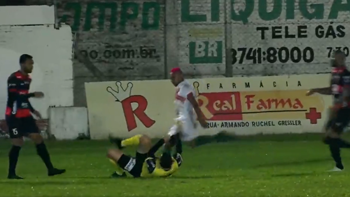 Futbolista brasileño arrestado por intento de asesinato tras patear al árbitro en la cabeza