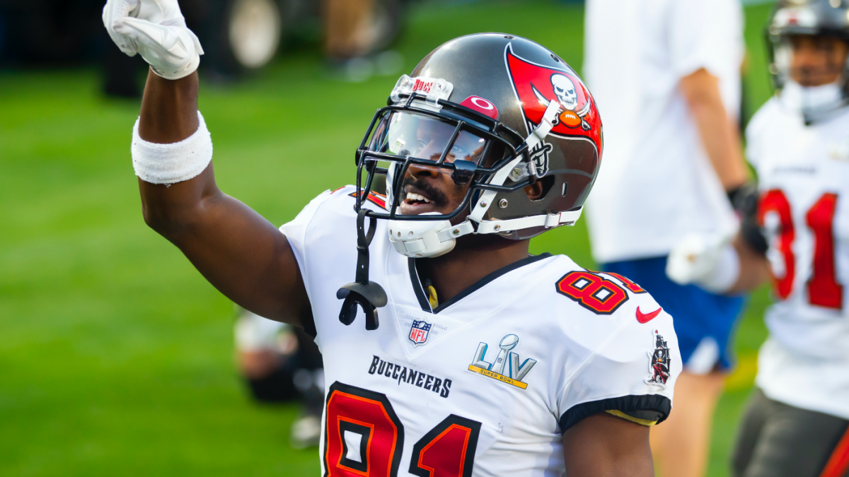 Buccaneers' Antonio Brown turns into quickest receiver to achieve 900 profession catches: Veteran WR torching Dolphins thumbnail